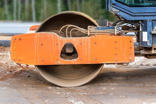 Robuste vibrationswalze für den asphalteinbau. straßenbauarbeiten. bau von straßen und städtischen verkehrsverbindungen. schwere maschinerie.