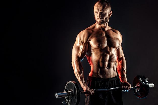Robuster mann, der übung mit schwerer stange tut