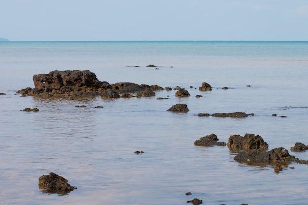 Rock am tropischen strand