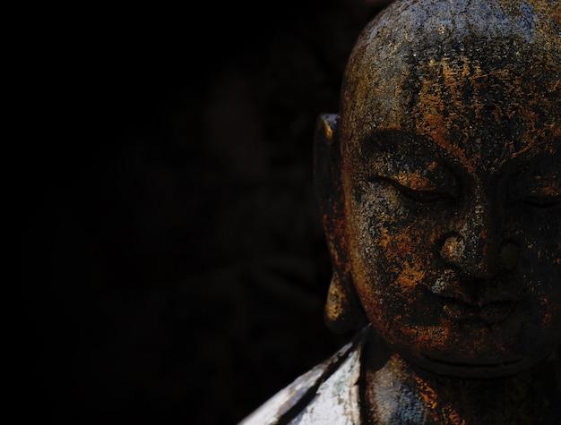 Rock buddha statue mit schwarzem hintergrund