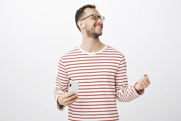 Rock n roll in meinem herzen. aufgeregter und begeisterter gutaussehender mann in brille