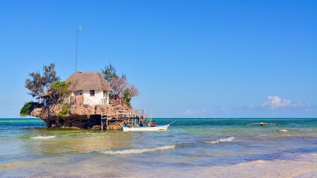 Rock restaurant über dem meer in sansibar, tansania, afrika.