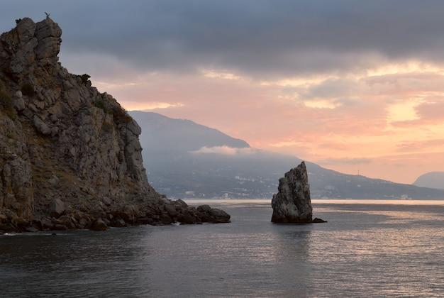Rock sail in den gewässern des schwarzen meeres am schloss schwalbennest am frühen morgen