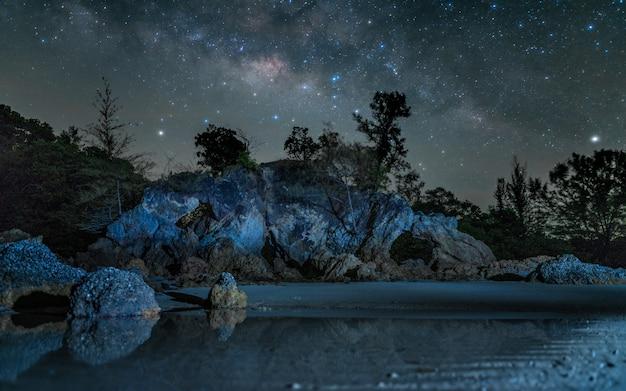 Rock sea beach mit twinkle star view hintergrund