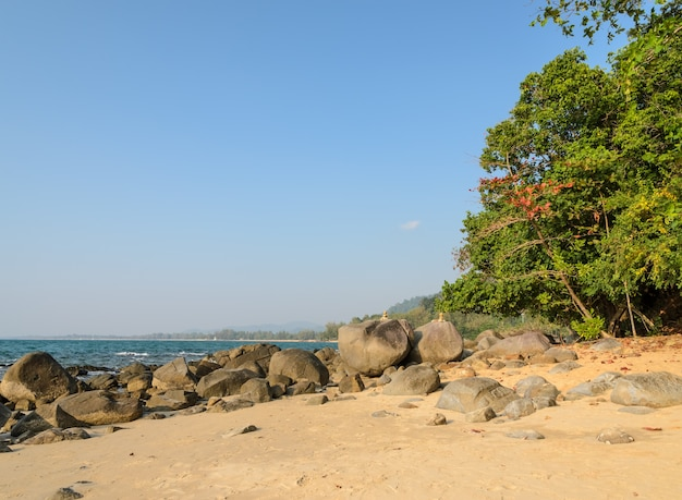 Rock shore strand bei khao lak in der provinz phang nga, thailand