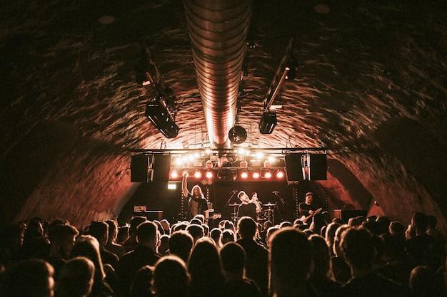 Rockband spielt ein konzert in einem live-haus in europa