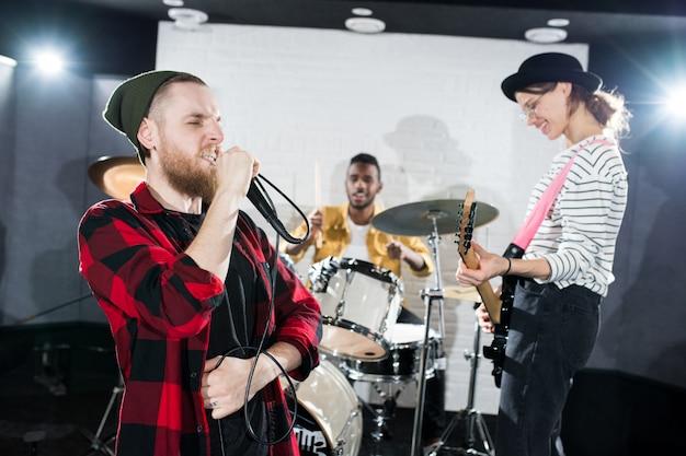 Rockband tritt auf der bühne auf