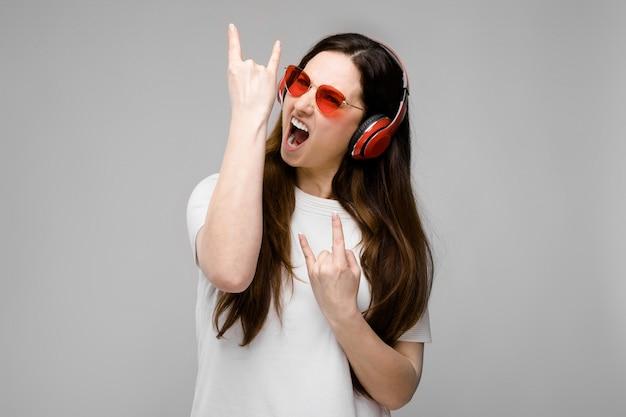 Rocker frau modell in kopfhörer