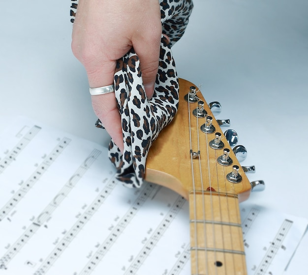Rockgitarrist, der sich den hals der gitarre abwischt