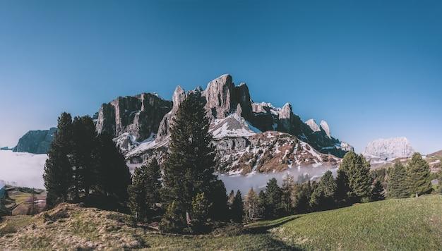 Rocky mountain unter blauem himmel