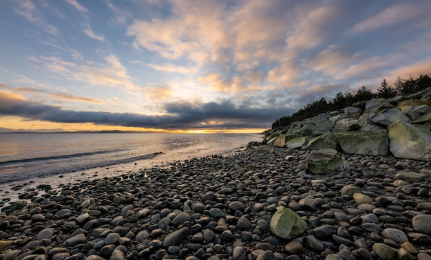 Rocky shore während des sonnenuntergangs