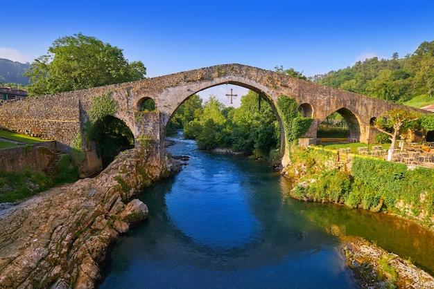Römische brücke cangas de onis in asturien spanien