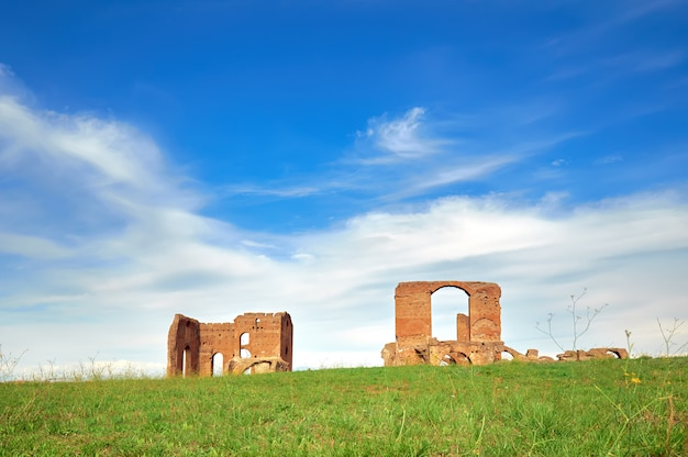 Römische landschaft mit alten backsteinruinen auf appia way