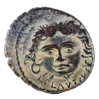 Römische republik münze. antiker römischer silberdenar der familie plautia.