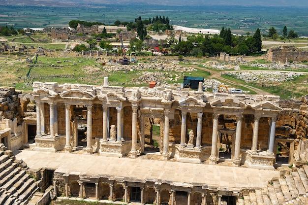 Römisches amphitheater in den ruinen von hierapolis in pamukkale, türkei