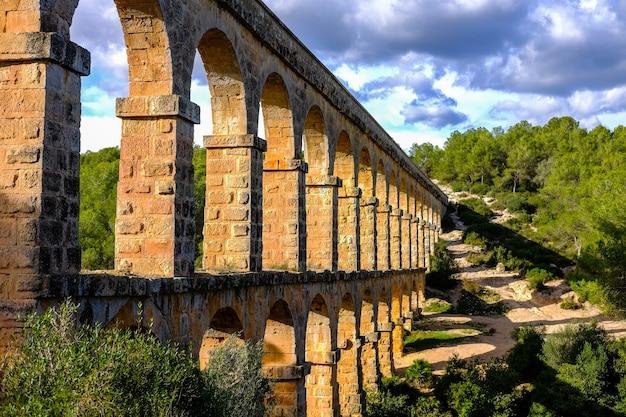 Römisches aquädukt alte steinbrückealtes aquädukt spanien