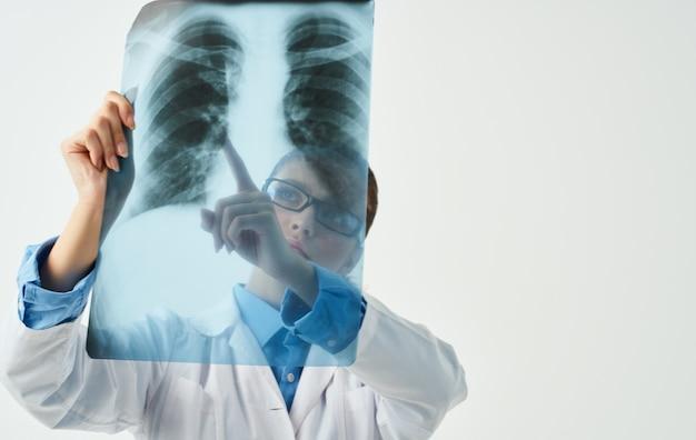 Röntgen- und ärztin in der brust, professionell auf seinem gebiet