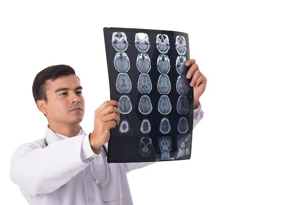 Röntgenfilm-scan des gehirns. arztanalysekopf des patienten im krankenhaus.