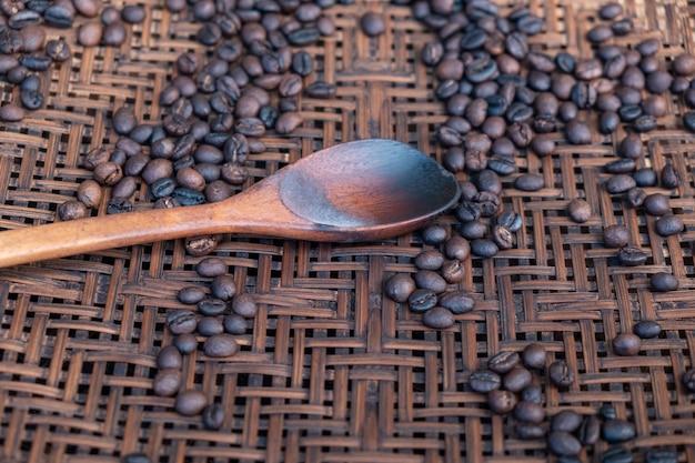 Röstkaffeebohnen auf bambuskorb