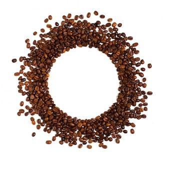 Röstkaffeebohnen auf weiß. platz für text in form eines kreises