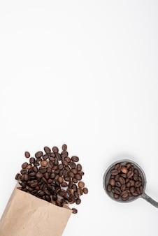 Röstkaffeebohnen der draufsicht mit kopienraum