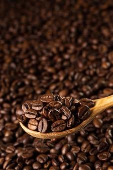 Röstkaffeebohnen in einem holzlöffel