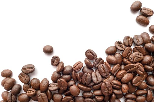 Röstkaffeebohnen lokalisiert auf weißem hintergrund. nahansicht.
