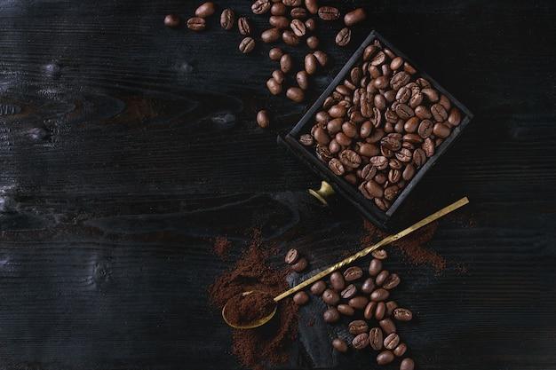 Röstkaffeebohnen über schwarzem