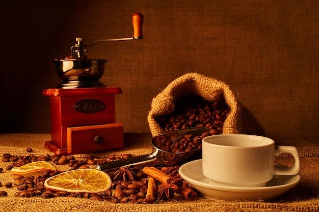 Röstkaffeebohnen, weinlesekaffeemühle auf rausschmißhintergrund