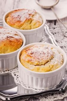 Rötliche käse-cupcakes mit puderzucker nahaufnahme