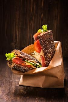 Roggenbrotsandwiche mit schinken, käse und gemüse