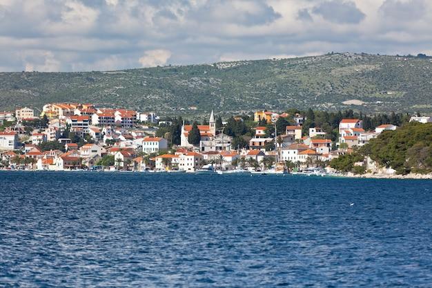 Rogoznica ist eine beliebte historische stadt und hafen an der adriaküste in kroatien