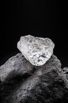 Rohdiamant, ungeschnittener edelstein, konzept von luxus oder reichtum