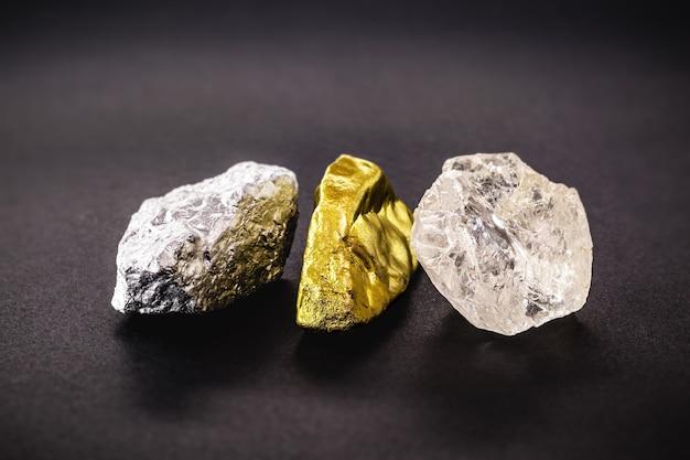 Rohdiamantstein mit rauen gold- und silbernuggets, konzept der edelsteine und minerologie