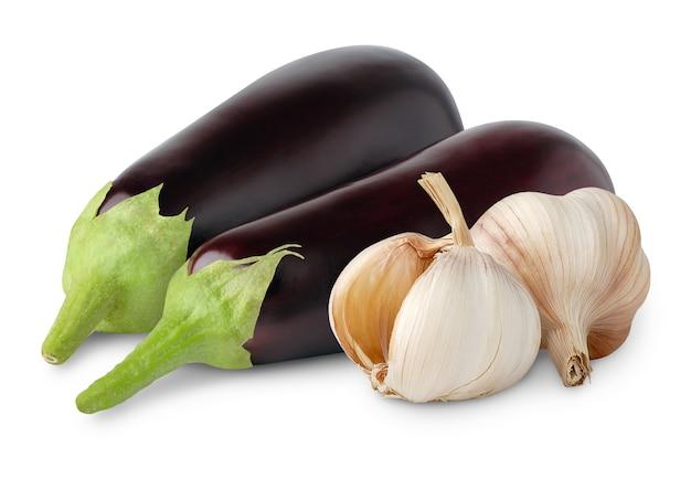 Rohe auberginen und knoblauch lokalisiert auf weiß