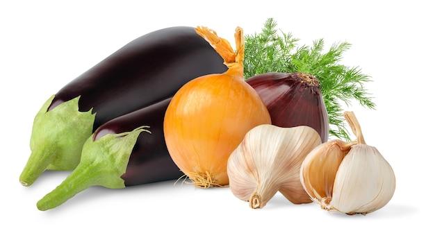 Rohe auberginen, zwiebeln und knoblauch auf weißem hintergrund