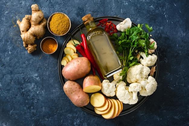 Rohe bestandteile, die aloo gobi inderlebensmittel kochen