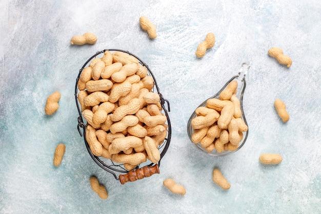 Rohe bio-erdnüsse in der schale