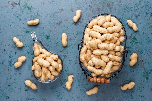 Rohe bio-erdnüsse in der schale.