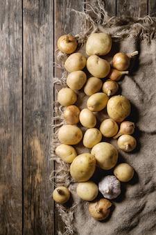 Rohe bio-kartoffeln und zwiebeln