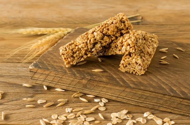 Rohe bio-müsliriegel mit samen und nüssen. hausgemachter süßer gesunder nachtisch zum frühstück.