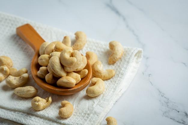 Rohe cashewnüsse auf marmorhintergrund