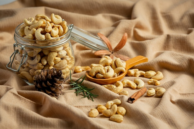 Rohe cashewnüsse in einem offenen glas auf marmorhintergrund