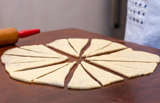 Rohe croissants zum backen vorbereitet.
