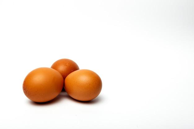 Rohe eier auf weißem hintergrund