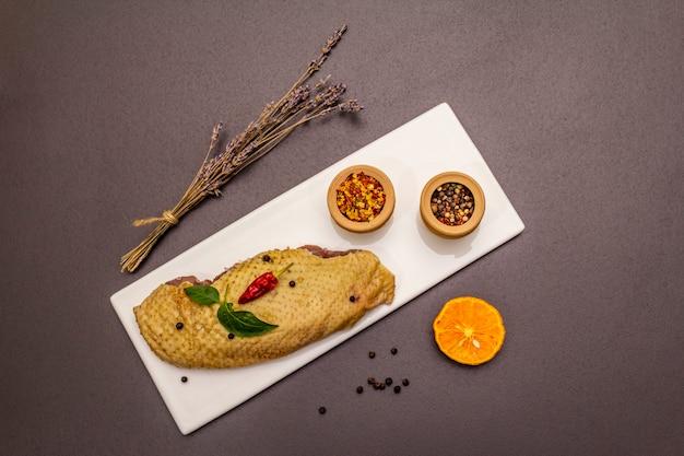 Rohe entenbrust und gewürze. köstliche zutat zum kochen gesunder mahlzeit