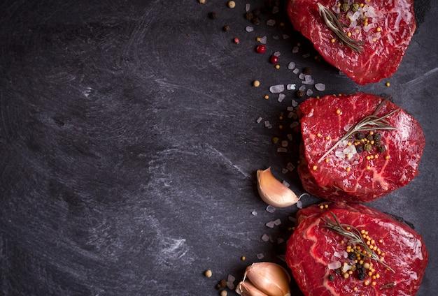 Rohe filet-mignon-steaks mit gewürzen