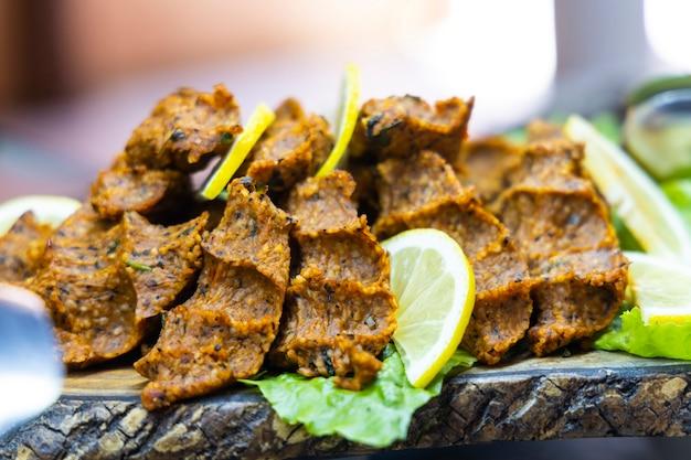 Rohe fleischbällchen der traditionellen türkischen küche auf dem teller