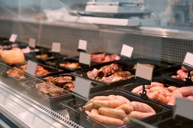 Rohe fleischprodukte in glastheke.