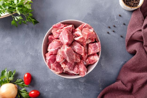 Rohe fleischstücke mit zutat zum kochen am spieß. draufsicht